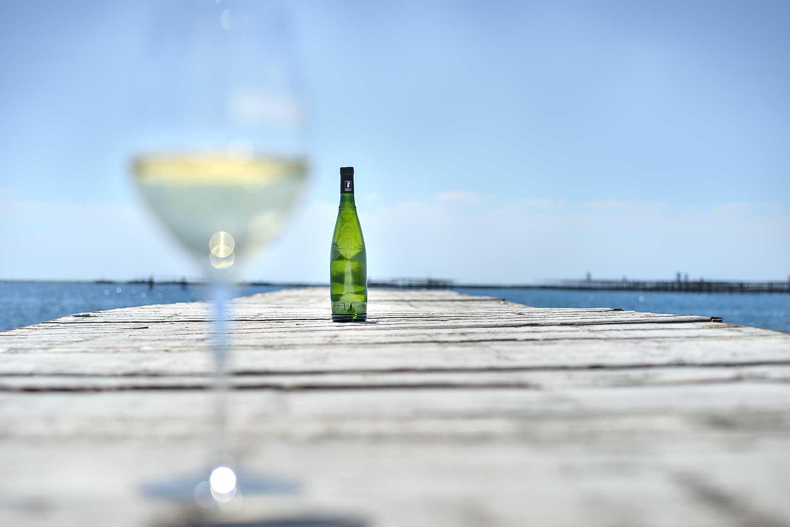 bouteille de vin, mer, étang, verre de vin blanc, Picpoul de Pinet, photo Emmanuel Perrin
